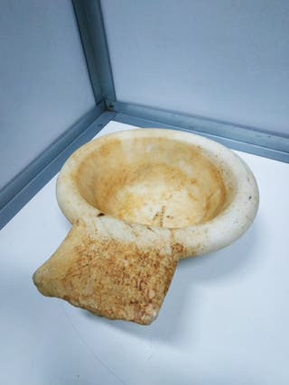 Antigua pila bautismal benditera o lavamanos