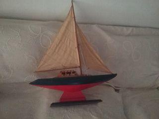 Velero de madera de artesania. 82 cm alto