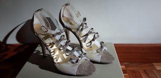Zapatos sandalias fiesta tacón lazos dorado. T38