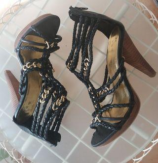 Sandalias de tacón en negro y dorado