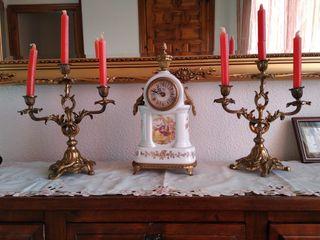 candelabros y reloj antiguos