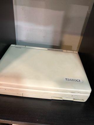 Ordenador TOSHIBA T2450CT antiguo.