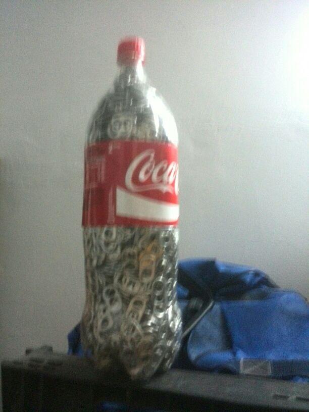 Botella de coca cola llena de anillas