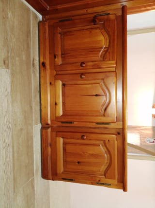 Mueble rústico de madera de pino macizo.