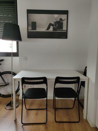 Mesa Ikea con 4 sillas plegables