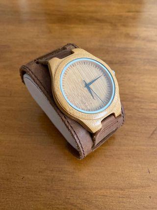 Reloj con caja de madera y correa de cuero