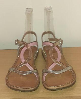 Sandalia para niña marca Gioseppo. Talla 36 de segunda mano