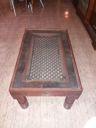 mesa de madera tallada y cristal