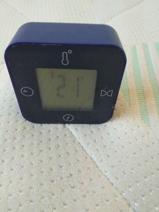 Reloj, termómetro, temporizador y alarma en uno.