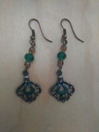 Pendientes largos color latón y esmeralda