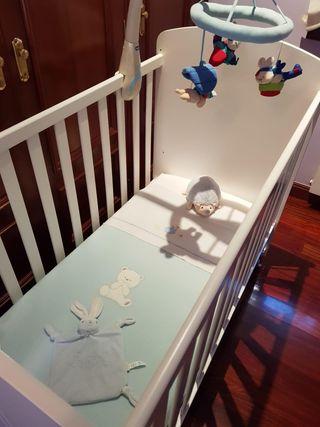 Cuna de madera blanca para bebé