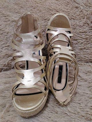 Sandalias tiras doradas