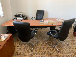 Mesa despacho con tres sillas y mueble auxiliar