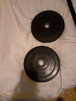 discos de pesas de 5 kilos cada uno y barra