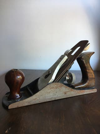 Antiguo cepillo de carpintero en madera y metal