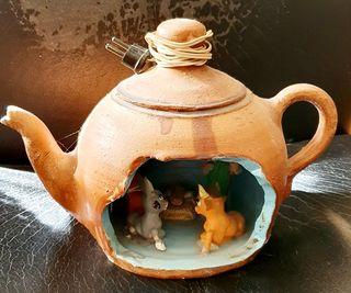 Antiguo Belén en una tetera de porcelana.