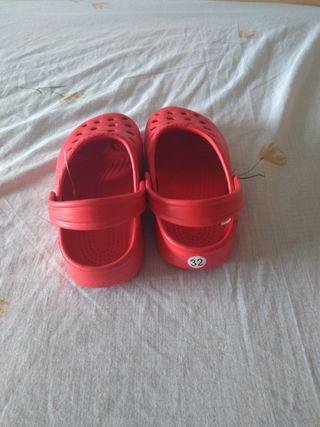 zapatillas o zuecos para piscina