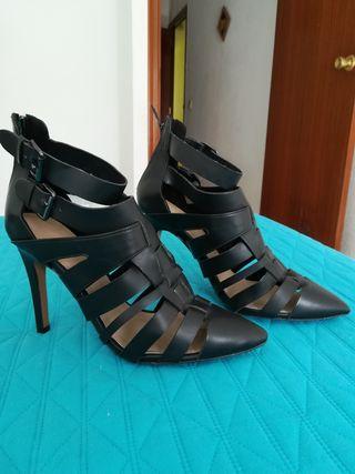 Sandalias negras.