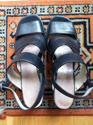 Sandalias de tacón ancho.