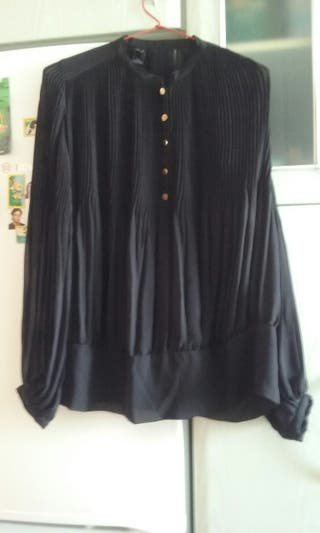 Sin estrenar.camisa negra plisada
