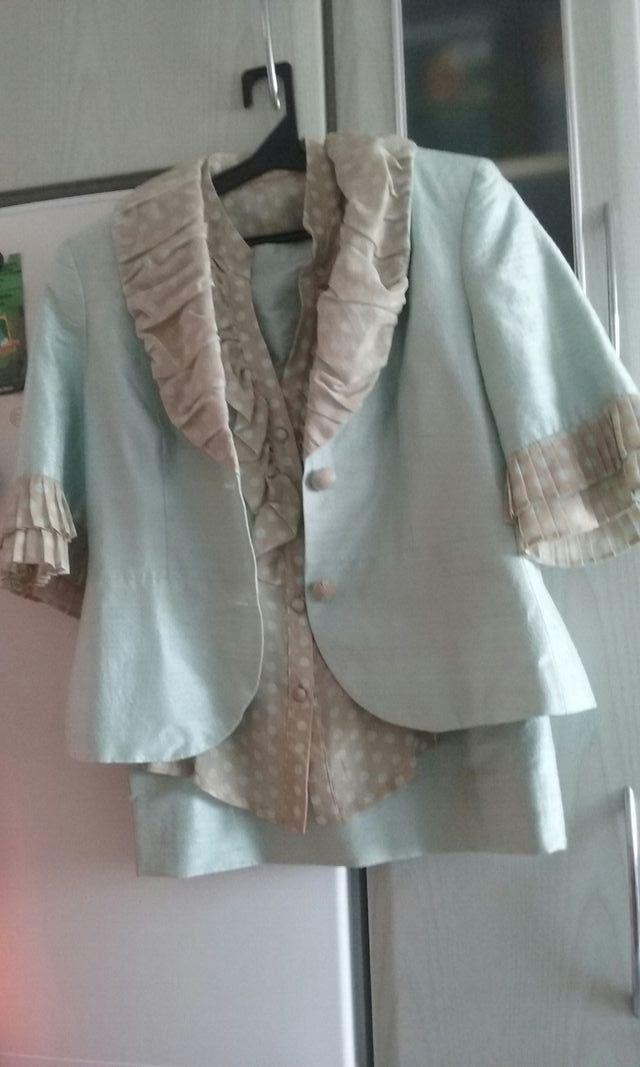 Sin estrenar.conjunto de falda y chaqueta de seda