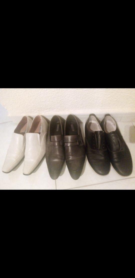 tres pares de zapatos de vestir