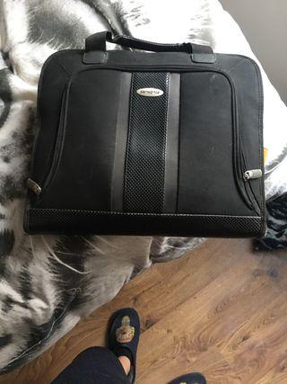 Bolsa de tranporte de ordenador portatil.