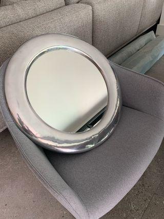 Moderno Espejo redondo con marco de pewter.