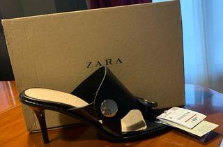 Sandalia negra de Zara