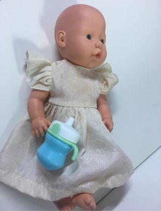 Muñeca con biberón