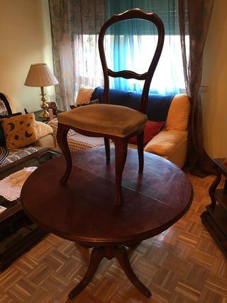 Mesa y sillas. Estilo clásico