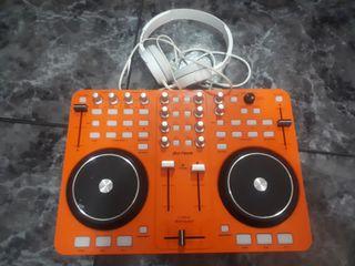 Controlador DJ con auriculares