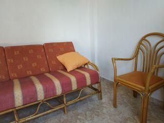 Conjunto de sillas y sofa de mimbre