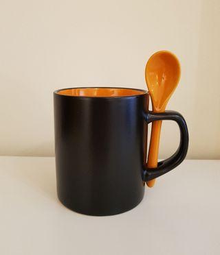 Taza con cuchara de cerámica