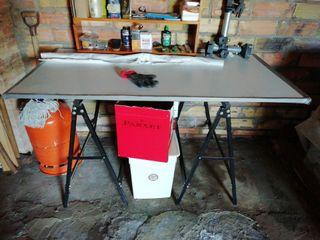mesa de trabajo o jardin con caballetes de hierro