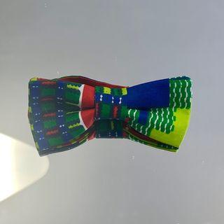 Pajarita de estampado africano multicolor.