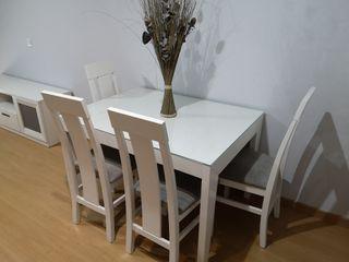 Mesa y conjunto de sillas extensible nuevas.