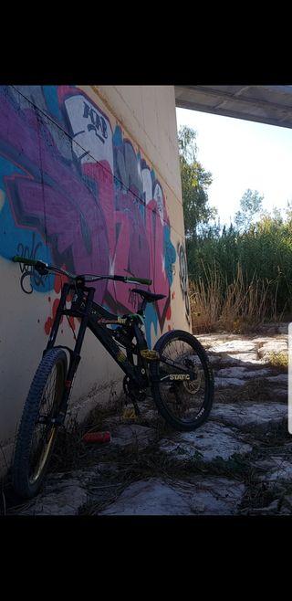 bicicleta de descendo