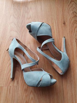Sandalia en ante azul claro con brillo