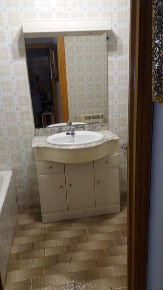 mueble armario baño con espejo lavabo y grifo