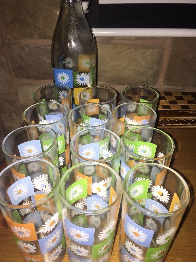 Juego de vasos y botella