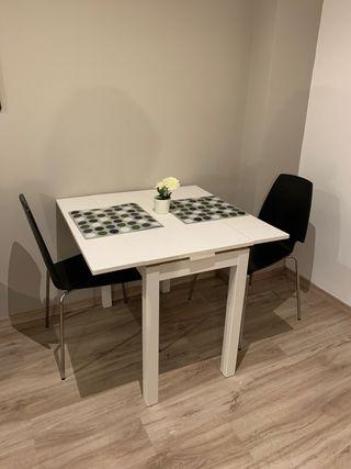 Mesa comedor pequeña con dos sillas
