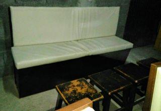 Mesas, sillas de bar y banco de madera.