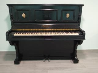 Piano de pared antiguo