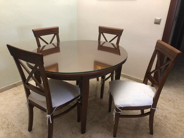 Mesa de comedor con 4 sillas de madera