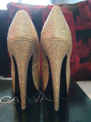 Stunning glitter gold peep toe heels. Size 5