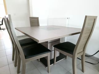 Table avec quatre chaises