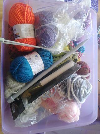 caja con lanas, hilos y agujas