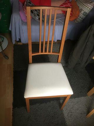 sillas de madera con asiento blanco