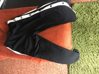 Pantalón abierto por los laterales con botones